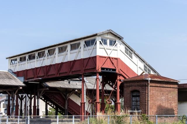 JR半田駅の最古の跨線橋とレンガ積みの油倉庫