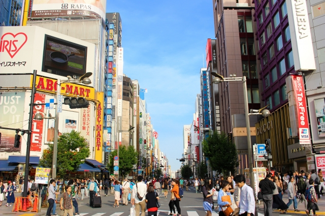 新宿-休日の賑わう新宿東口